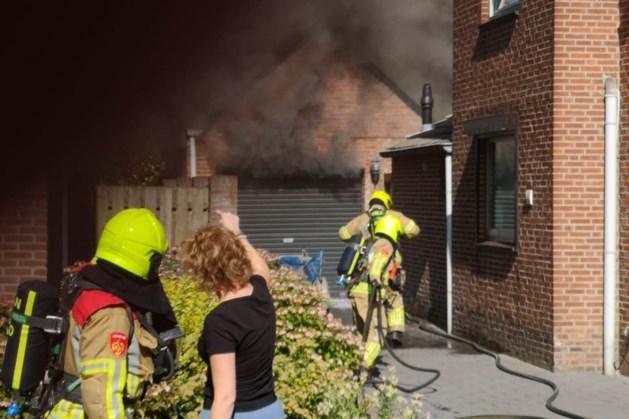 Brand in garage bij woning in Beesel veroorzaakt veel rook