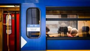 Baby glijdt uit kinderwagen en belandt tussen trein en perron op station Amersfoort