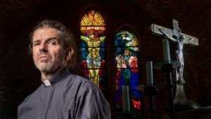 Homoseksuele priester vecht ontslag aan: 'Ik ben nog nooit zo keurig celibatair geweest als nu'