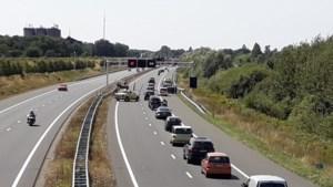 Auto botst tegen vangrail op A73 bij Swalmen