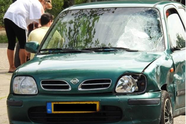 Scooterrijder gewond na klap op voorruit auto; slachtoffer met ambulance naar ziekenhuis
