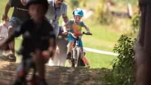 Kinderen crossen langs paardenhindernissen in Beekdaeler Kids Cross
