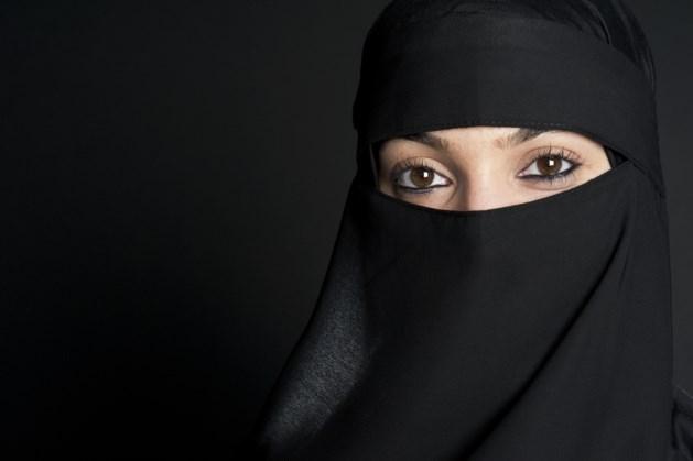 Burgerwacht boerka ook in Limburg: moslima's kunnen hulp inroepen via WhatsApp