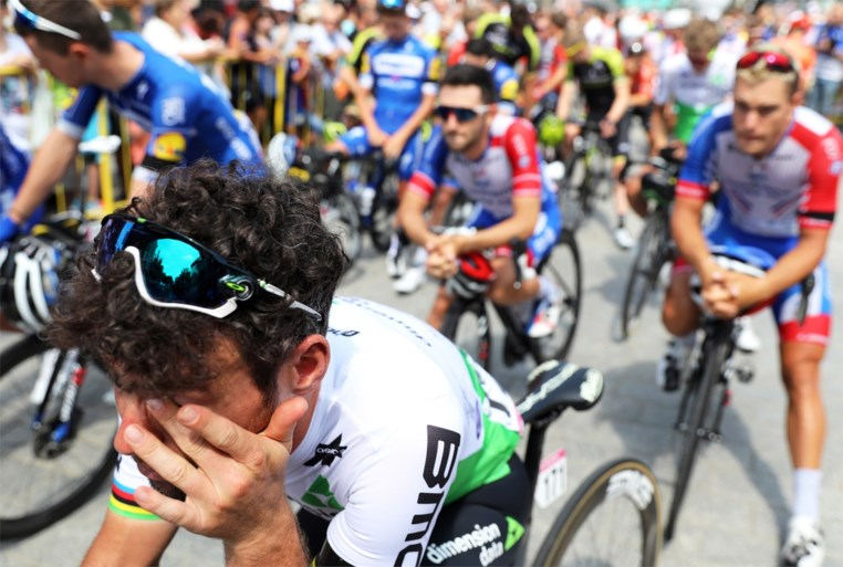 Indrukwekkende etappe zonder winnaar eindigt met stilte na dood jonge wielrenner