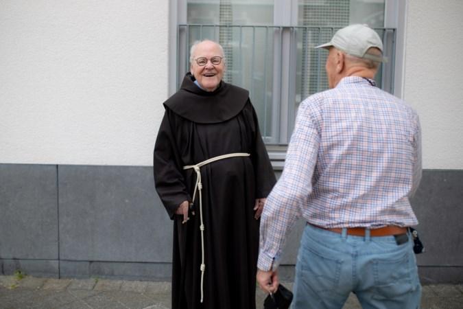 Pater Thijs Smits (89) voelt zich in Maastricht gelukkig 'als gewone huis-tuin-en-keukenpriester'