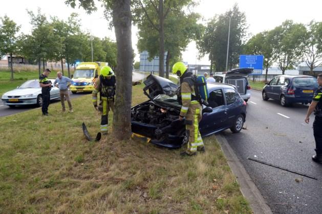 Twee personen gewond na frontale botsing tegen boom in Heerlen; tweede auto rijdt door