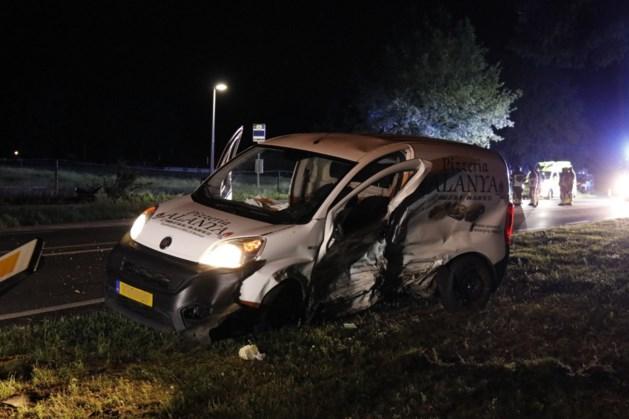 Pizzakoerier naar ziekenhuis na crash met andere auto