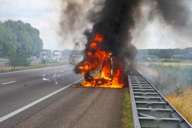 Auto vliegt tijdens het rijden in brand en is niet meer te redden op A67 bij Neerkant