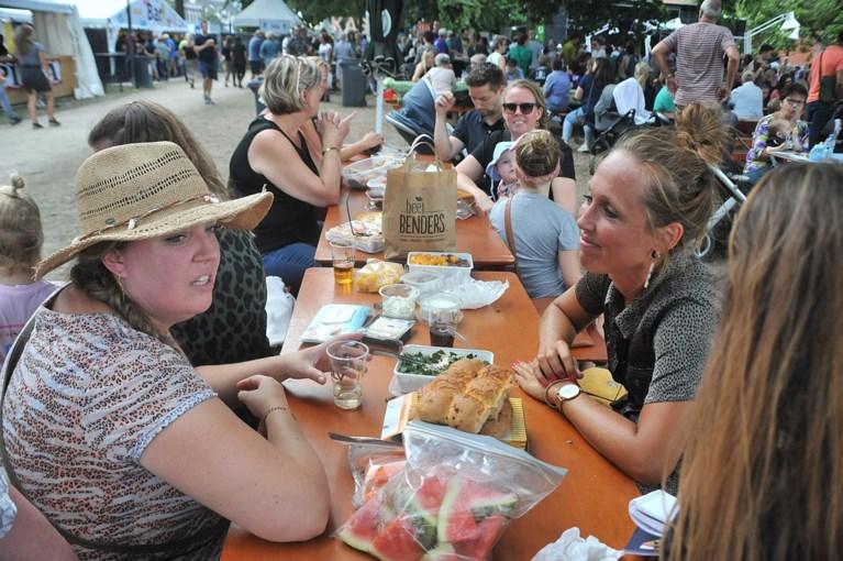 Tomaatjes, chips en een biertje tijdens de Picknick der Gebroken Harten