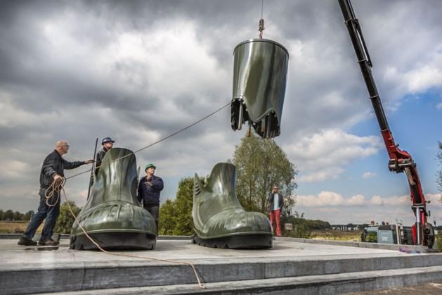 Plaatsing in Venlo uitgesteld, reuzenlaarzen moeten gelapt worden