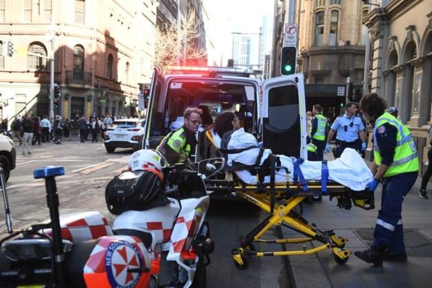 Man steekt in op mensen in Sydney, omstanders vangen hem met stoel en krat