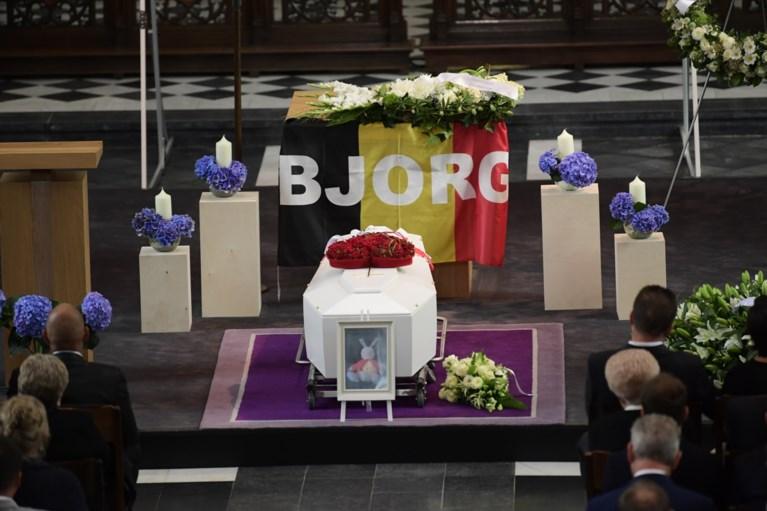 Video: Veel tranen bij afscheid van overleden wielrenner Lambrecht