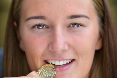 Zwemster Janina Beckers gaat als een diesel door de golven