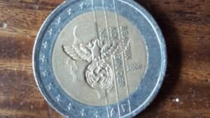 Euromunt met adelaar en hakenkruis duikt op in Asten: 'Een akelig iets'