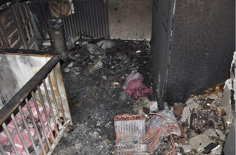 Kinderkamer uitgebrand door mobiele airco, moeder kan kleine 'ternauwernood' redden