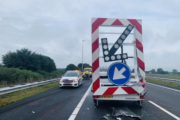 Vrachtwagen rijdt pijlwagen aan op A77 bij Heijen