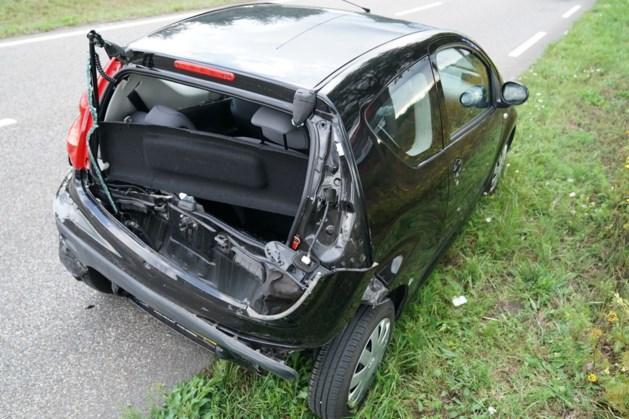 Bestelbus rijdt achterop auto in Weert: twee gewonden