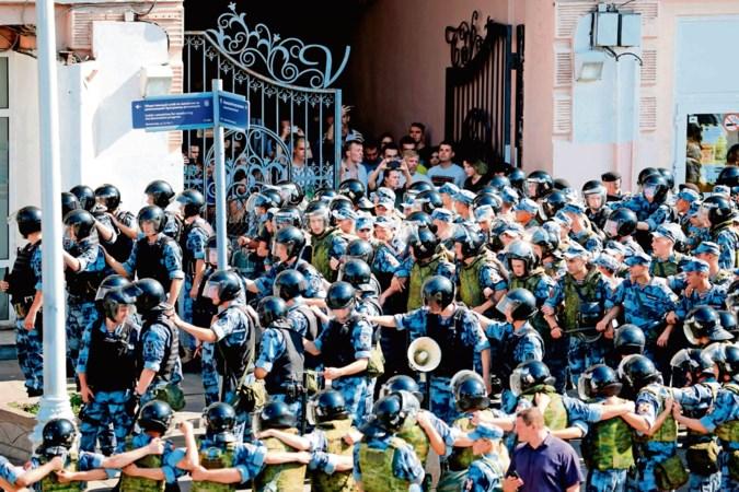 Protesten? Die bezweer je met een politiemacht en gratis vlees