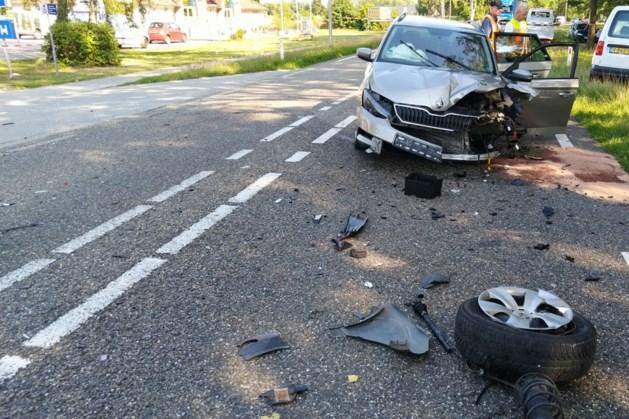 Grote ravage na aanrijding tussen drie auto's
