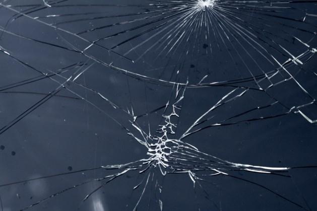 Ruzie zonnebrildiefstal; slachtoffer vliegt door achterruit van geparkeerde auto