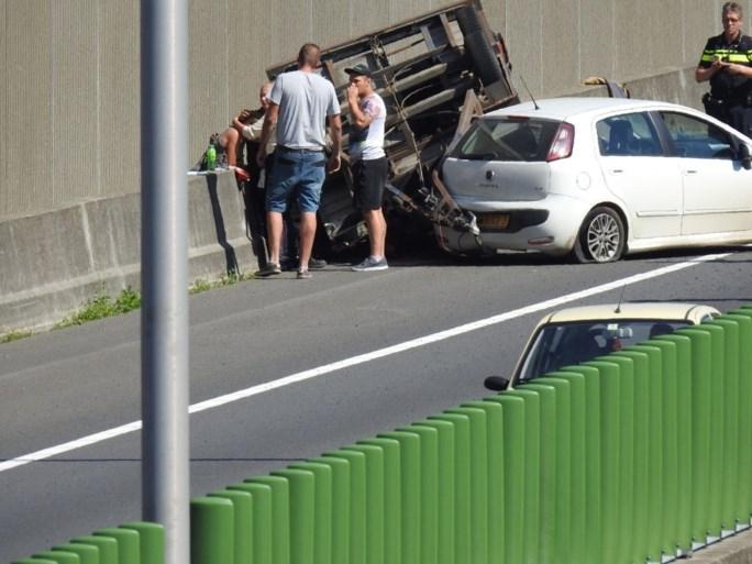 Raceauto over de kop op A73 bij Tegelen
