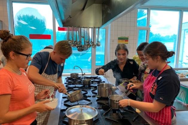 Leerlingen VWO 6 Sintermeerten leren koken