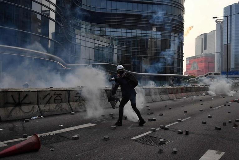 Tientallen betogers opgepakt na nieuwe rellen Hongkong