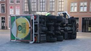 Vrachtwagen met 12.000 liter bier gekanteld op Grote Markt in Goes