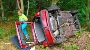 Auto slaat over de kop op A67, bestuurster naar ziekenhuis