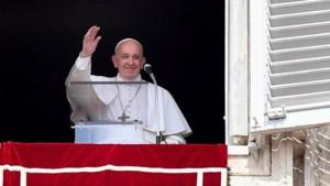 Paus zit 25 minuten vast in lift en wordt door brandweer bevrijd