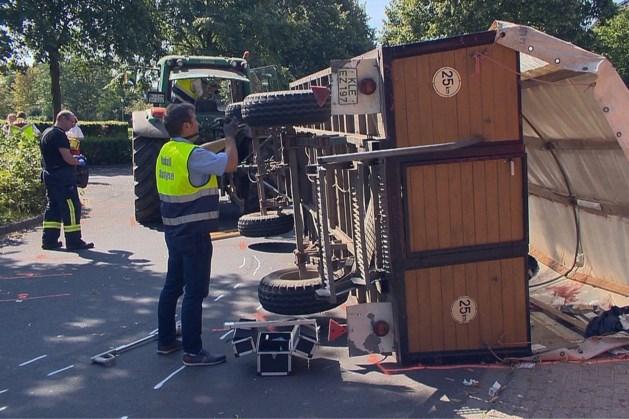 Huifkar kantelt: 19 gewonden in Duitse grensplaats Geldern