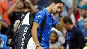 Titelverdediger Djokovic geeft onder boe-geroep van publiek op