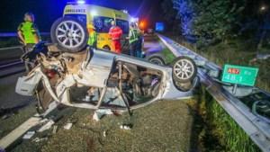 Auto over de kop op A67 na botsing met busje, gewonde afgevoerd