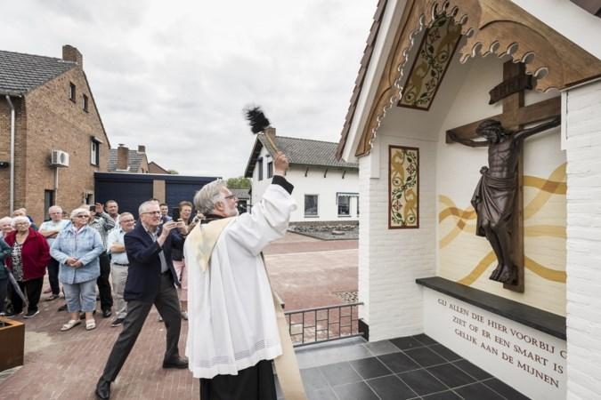 Gerenoveerde Kruiskapel in Posterholt ingezegend