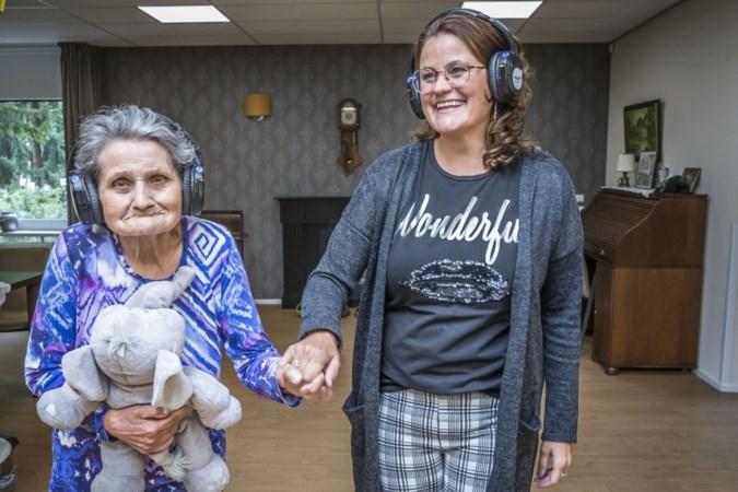 Stille disco is een feest van herkenning voor mensen met dementie