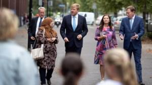 Koning op bezoek: mobieltjes in de aanslag en een high five