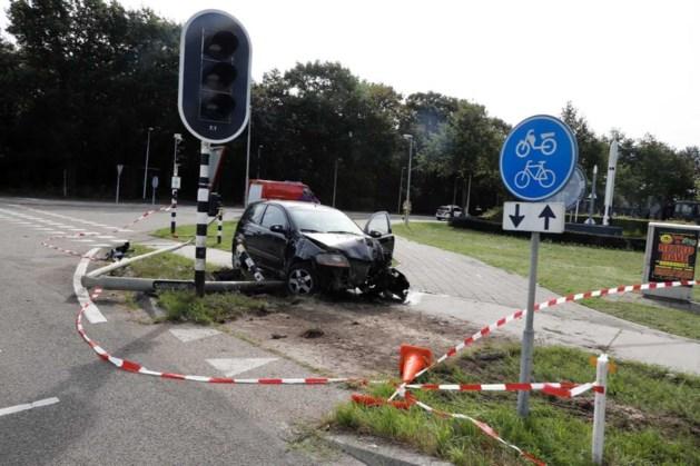 Auto rijdt lantaarnpaal omver, militairen schieten te hulp