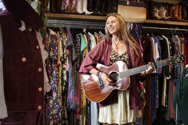 Heerlense Lotte Walda treedt op tussen de vintage kledingstukken in Maastricht