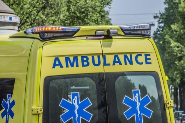 Scooter rijdt op de vlucht voor politie tegen bushokje: twee gewonden naar ziekenhuis