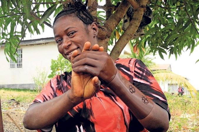 Nieuwe hand uit 3D-printer van Nederlandse student maakt verminkte Sierra Leoners gelukkig