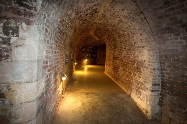 Aannemer verwijdert zand uit gangen Fort Sanderbout