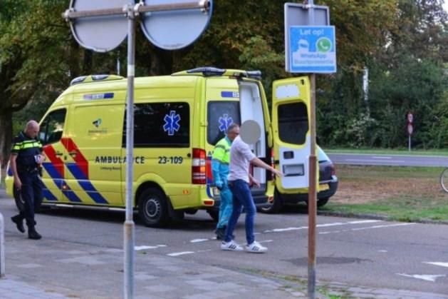 Fietser gewond afgevoerd na val door naderende auto