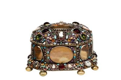 Juwelenkistje en spiegel van machtige tsarina schitteren nu in Hermitage Amsterdam