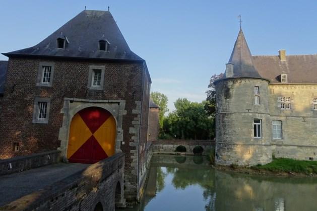 Bevrijdingsfeest op binnenplaats kasteel Rivieren