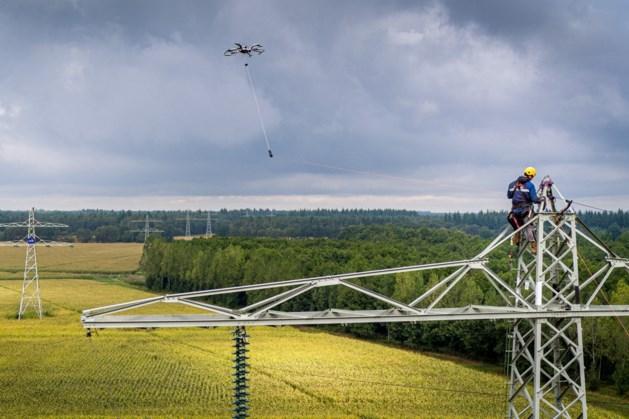 Primeur in Venray: drone verbindt bliksemdraden tussen masten