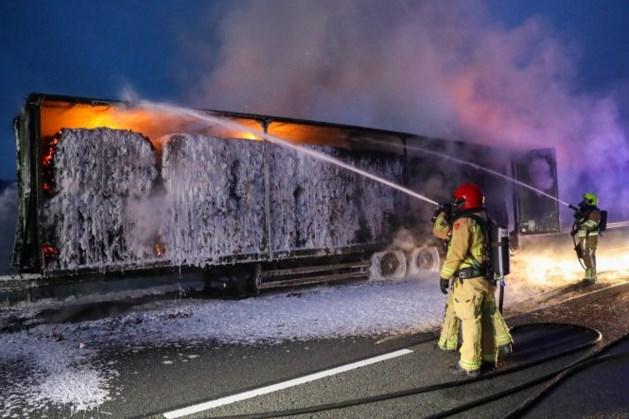 Vrachtwagen met papier in brand, deel A2 dicht