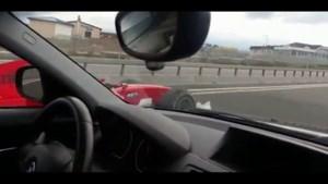 Formule 2-auto rijdt tussen het gewone verkeer op de snelweg