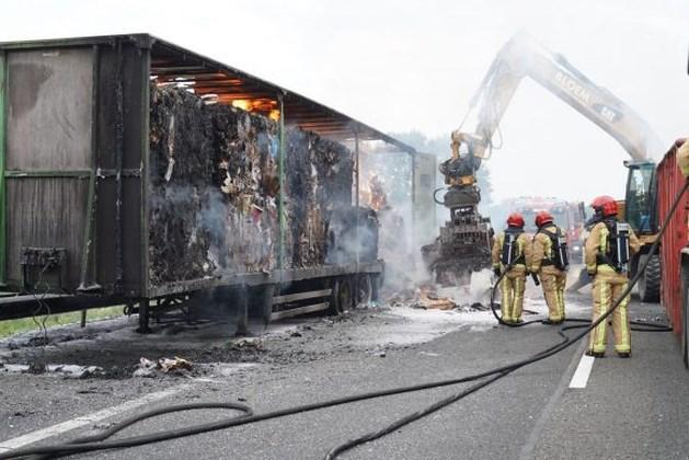 A2 bij Nederweert weer open, brandende vrachtwagen zorgde voor urenlange vertraging
