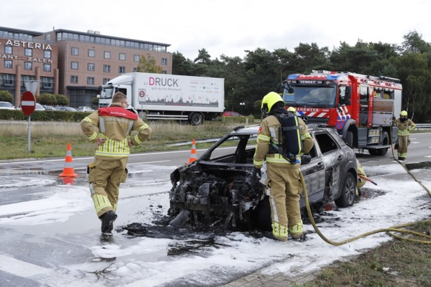 Auto gaat in vlammen op bij afrit A73
