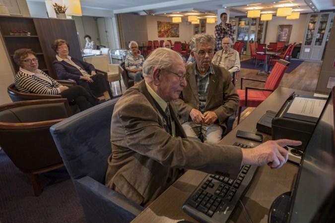 Computernerd (89) uit Heerlen wijst andere ouderen met computerproblemen de weg